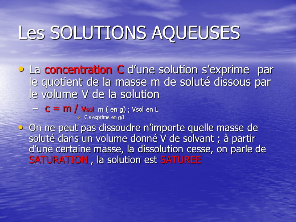 Les SOLUTIONS AQUEUSES La concentration C dune solution sexprime par le quotient de la masse m de soluté dissous par le volume V de la solution La con