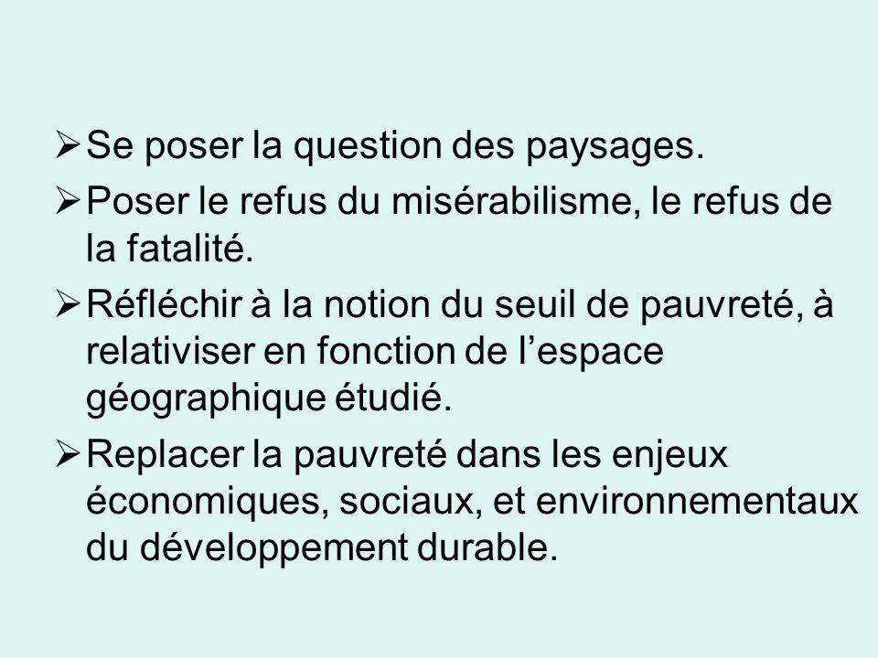 Quatre à 8 millions de pauvres en France La France compte près de 8 millions de pauvres qui vivent en dessous du seuil de pauvreté.