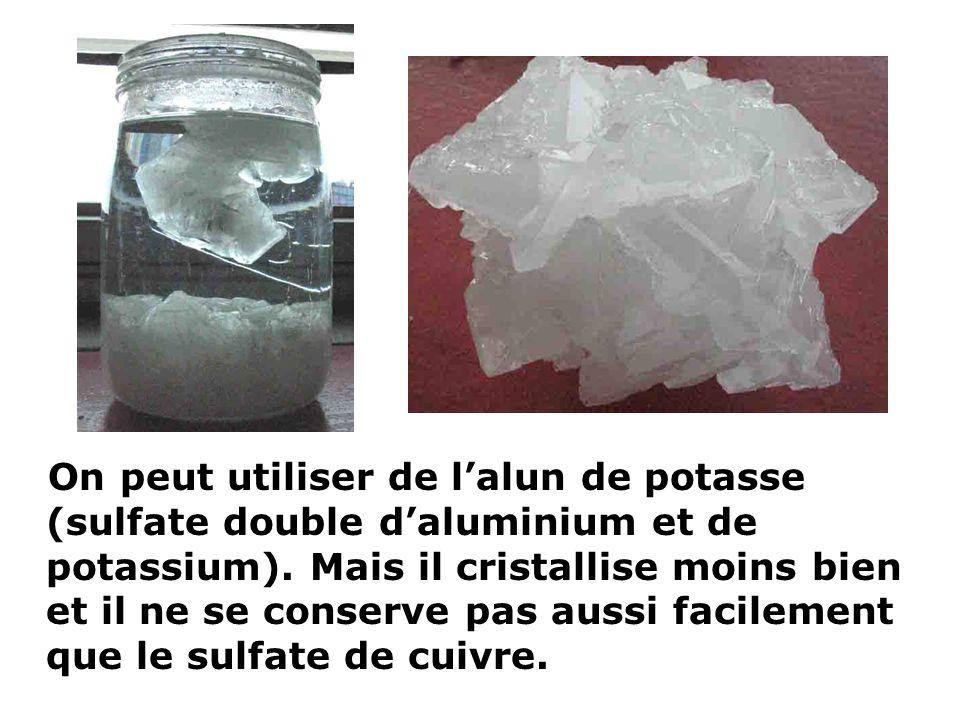 On peut utiliser de lalun de potasse (sulfate double daluminium et de potassium). Mais il cristallise moins bien et il ne se conserve pas aussi facile