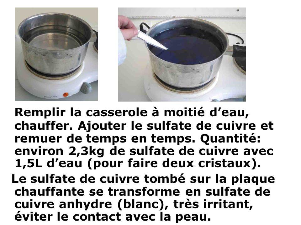 Remplir la casserole à moitié deau, chauffer. Ajouter le sulfate de cuivre et remuer de temps en temps. Quantité: environ 2,3kg de sulfate de cuivre a