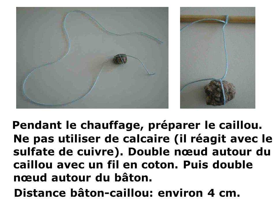 Pendant le chauffage, préparer le caillou. Ne pas utiliser de calcaire (il réagit avec le sulfate de cuivre). Double nœud autour du caillou avec un fi