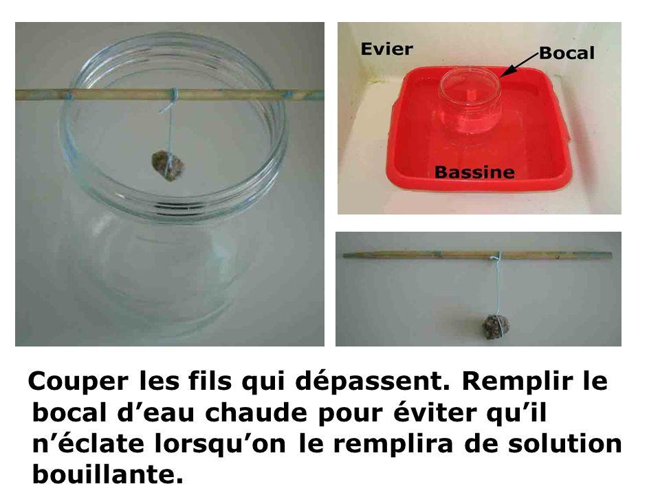 Couper les fils qui dépassent. Remplir le bocal deau chaude pour éviter quil néclate lorsquon le remplira de solution bouillante.