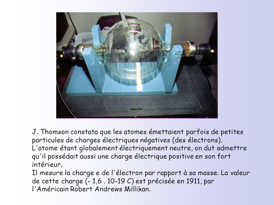 J. Thomson constata que les atomes émettaient parfois de petites particules de charges électriques négatives (des électrons). L'atome étant globalemen