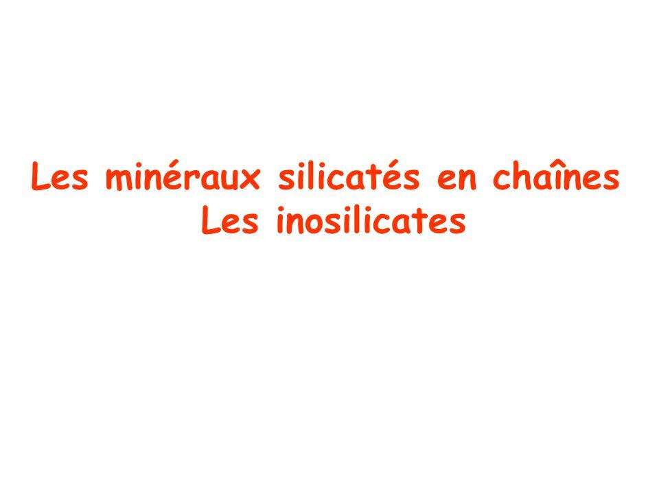Deux grandes familles I) Les pyroxènes: les tétraèdres SiO 4 sont joints Par sommets et forment des chaînes simples II) Les amphiboles: les chaînes simples sont jointes Entre elles: chaînes doubles Les deux familles présentent de grandes similarités Au niveau de leur propriétés physiques et chimiques Les pyroxènes peuvent réagir avec un fluide du métamorphisme pour donner des amphiboles Les amphiboles sont des minéraux hydroxylés
