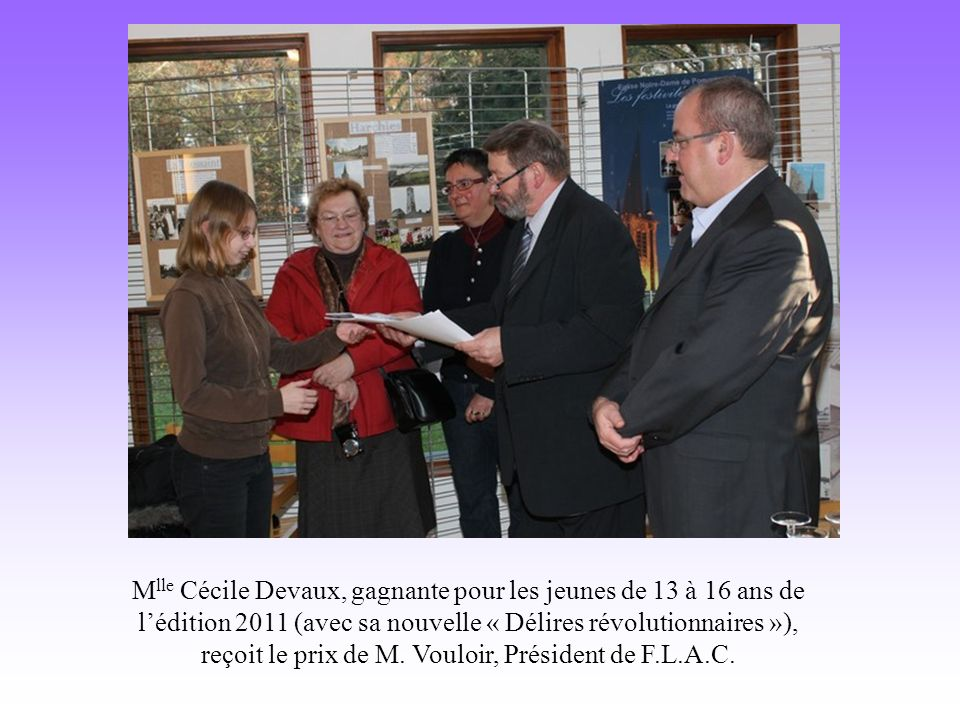 M lle Cécile Devaux, gagnante pour les jeunes de 13 à 16 ans de lédition 2011 (avec sa nouvelle « Délires révolutionnaires »), reçoit le prix de M.