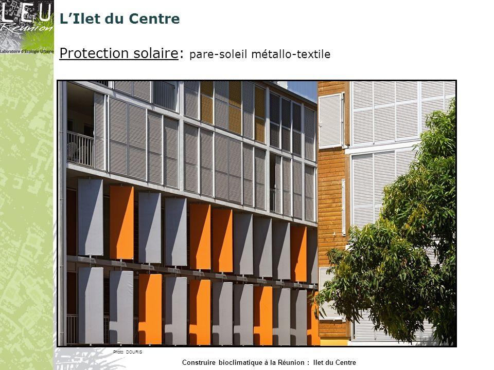 Protection solaire: pare-soleil métallo-textile Photo: DOURIS Construire bioclimatique à la Réunion : Ilet du Centre LIlet du Centre