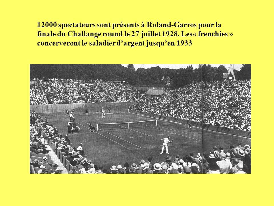 12000 spectateurs sont présents à Roland-Garros pour la finale du Challange round le 27 juillet 1928. Les« frenchies » concerveront le saladier dargen