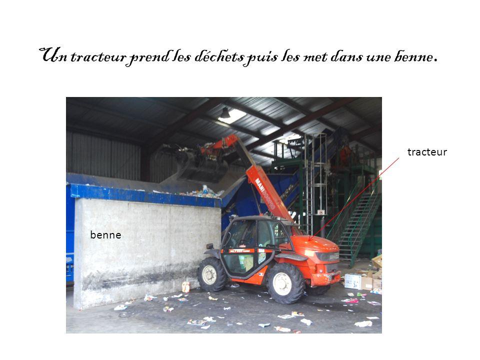 Un tracteur prend les déchets puis les met dans une benne. tracteur benne