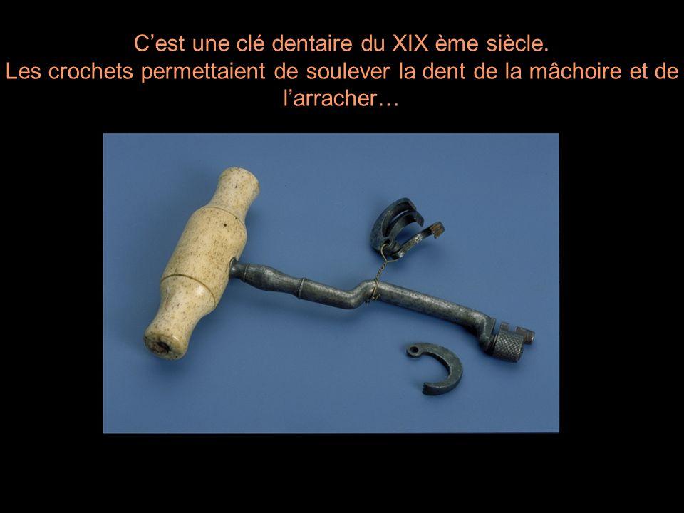 Cest une clé dentaire du XIX ème siècle. Les crochets permettaient de soulever la dent de la mâchoire et de larracher…