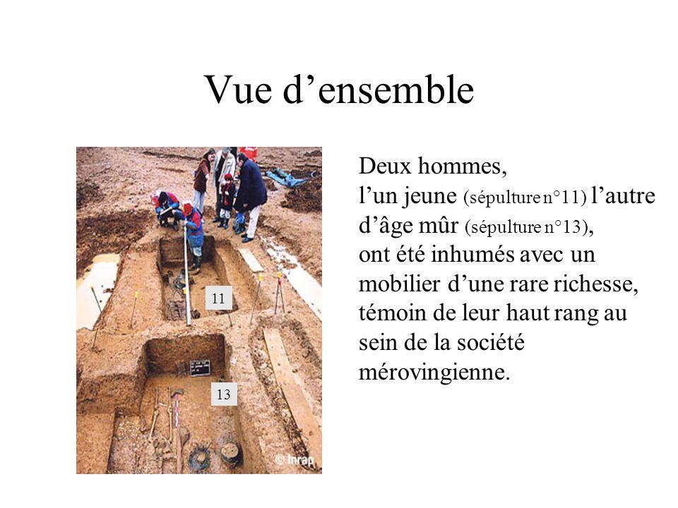 Vue densemble Deux hommes, lun jeune (sépulture n°11) lautre dâge mûr (sépulture n°13), ont été inhumés avec un mobilier dune rare richesse, témoin de leur haut rang au sein de la société mérovingienne.