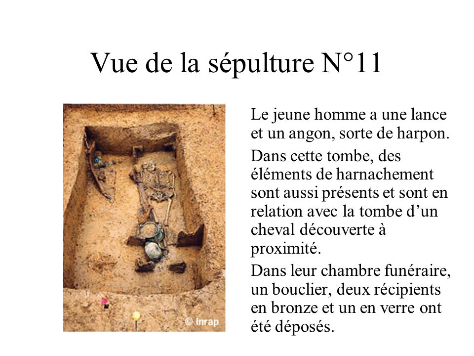 Vue de la sépulture N°11 Le jeune homme a une lance et un angon, sorte de harpon.