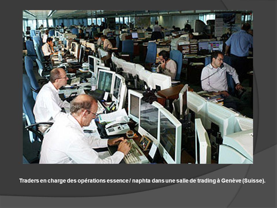 Le trading Traders en charge des opérations essence / naphta dans une salle de trading à Genève (Suisse).