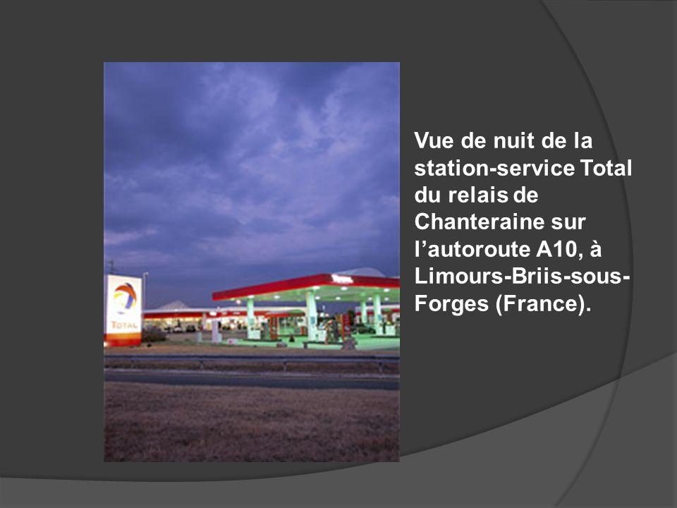 Vue de nuit de la station-service Total du relais de Chanteraine sur lautoroute A10, à Limours-Briis-sous- Forges (France).