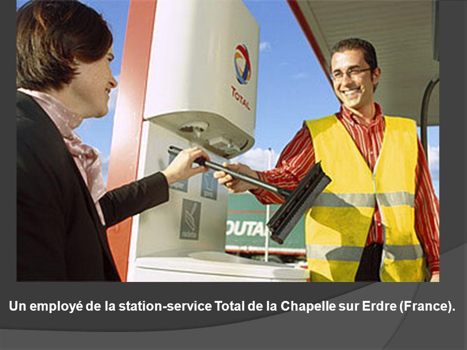 Un employé de la station-service Total de la Chapelle sur Erdre (France).
