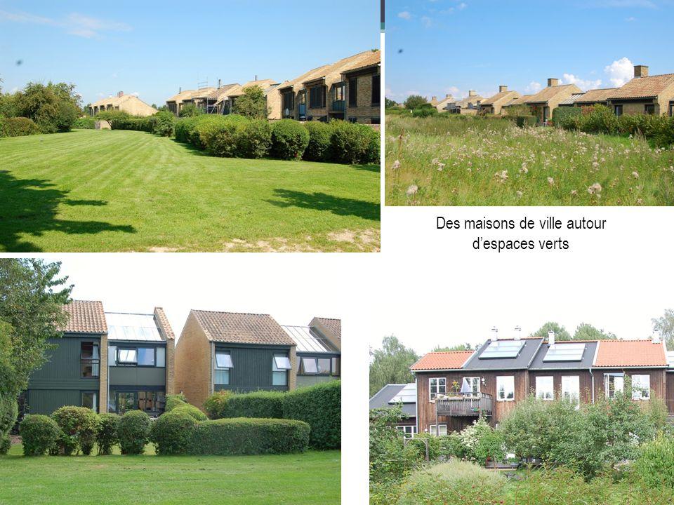 Des maisons de ville autour despaces verts