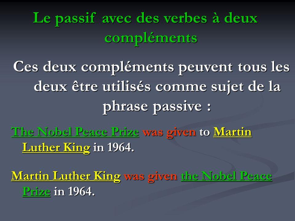 Le passif avec des verbes à deux compléments Ces deux compléments peuvent tous les deux être utilisés comme sujet de la phrase passive : The Nobel Pea