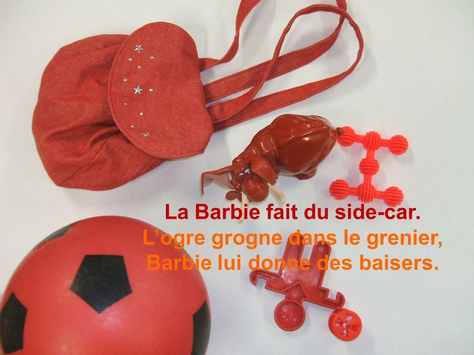 La Barbie fait du side-car. Logre grogne dans le grenier, Barbie lui donne des baisers.