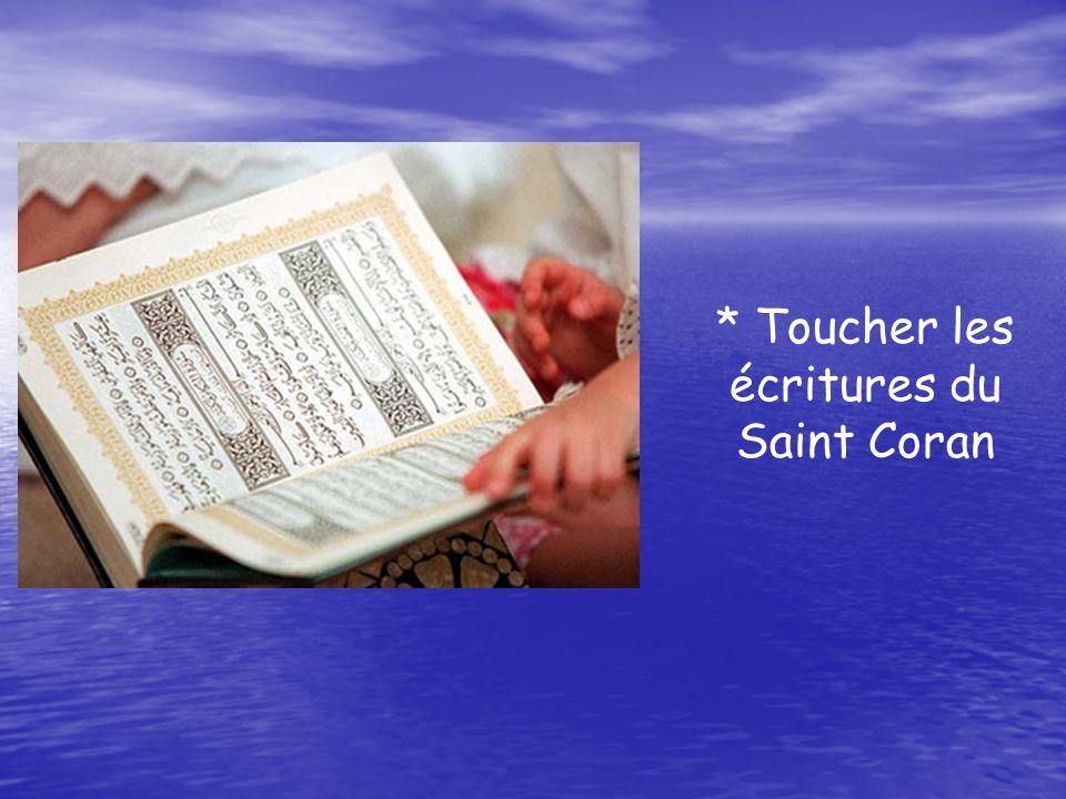 * Toucher les écritures du Saint Coran