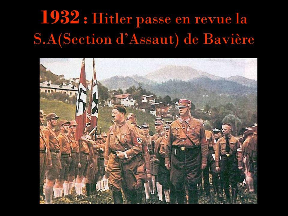 1932 : Hitler passe en revue la S.A(Section dAssaut) de Bavière