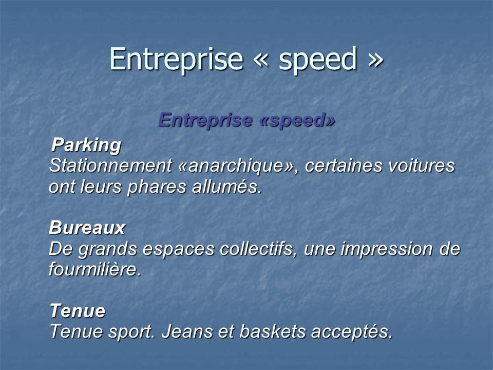 Entreprise « speed » Parking Stationnement «anarchique», certaines voitures ont leurs phares allumés. Bureaux De grands espaces collectifs, une impres