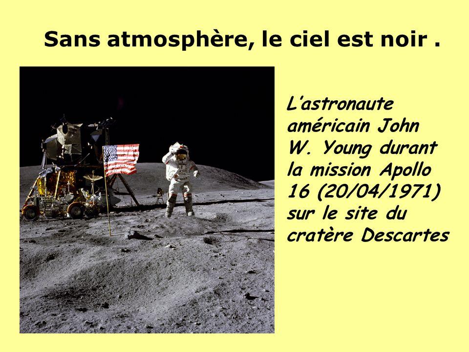 Lastronaute américain John W. Young durant la mission Apollo 16 (20/04/1971) sur le site du cratère Descartes Sans atmosphère, le ciel est noir.