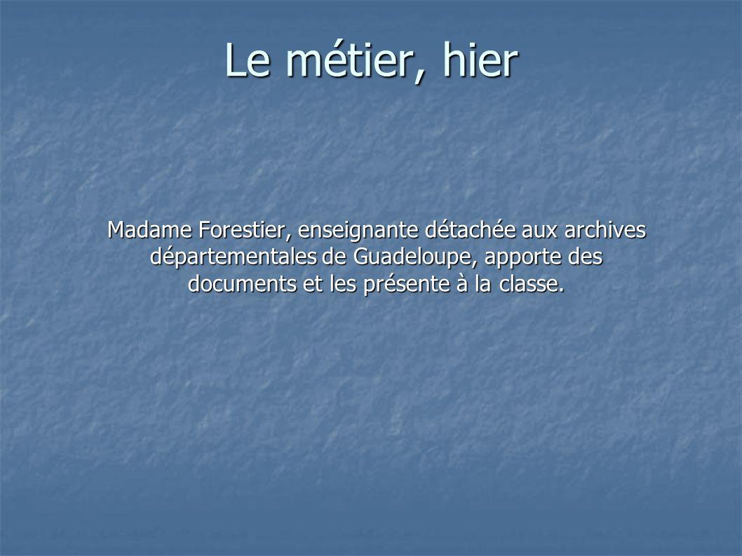 Le métier, hier Madame Forestier, enseignante détachée aux archives départementales de Guadeloupe, apporte des documents et les présente à la classe.