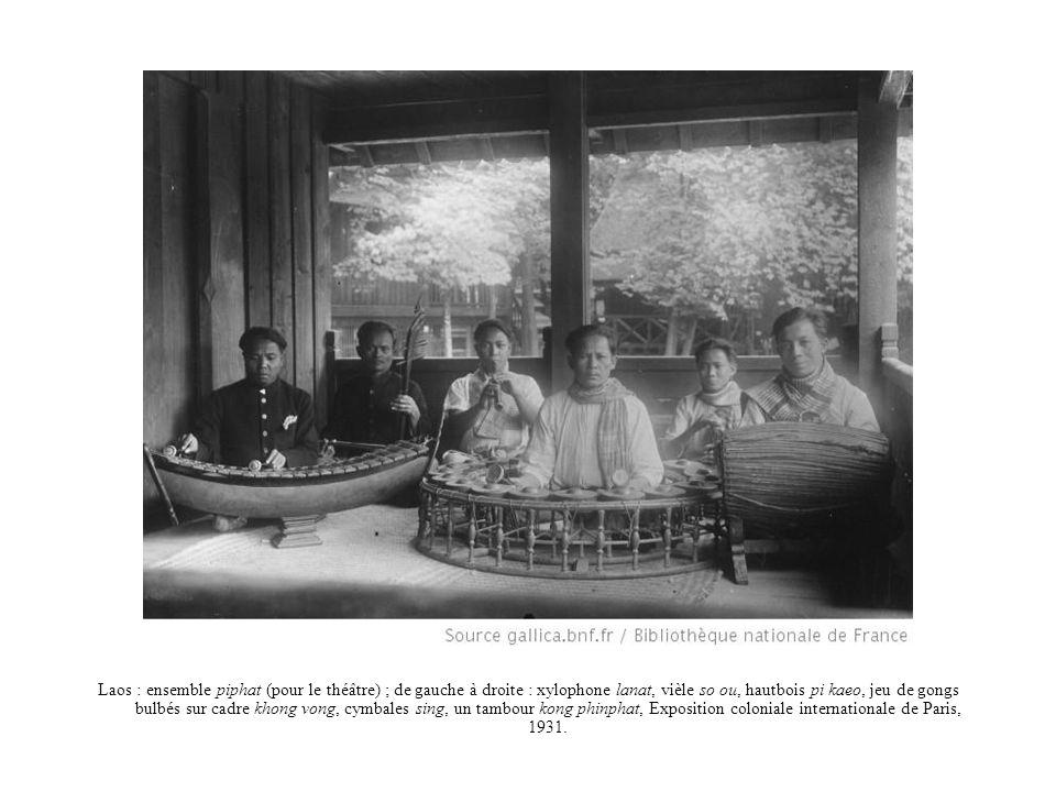 Laos : ensemble piphat (pour le théâtre) ; de gauche à droite : xylophone lanat, vièle so ou, hautbois pi kaeo, jeu de gongs bulbés sur cadre khong vo