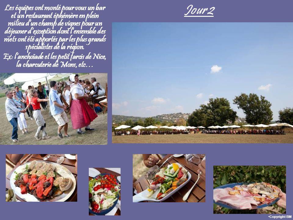 Jour 2 Les équipes ont monté pour vous un bar et un restaurant éphémère en plein milieu dun champ de vignes pour un déjeuner dexception dont lensemble