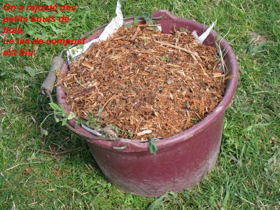 On a rajouté des petits bouts de bois. Le tas de compost est fini.