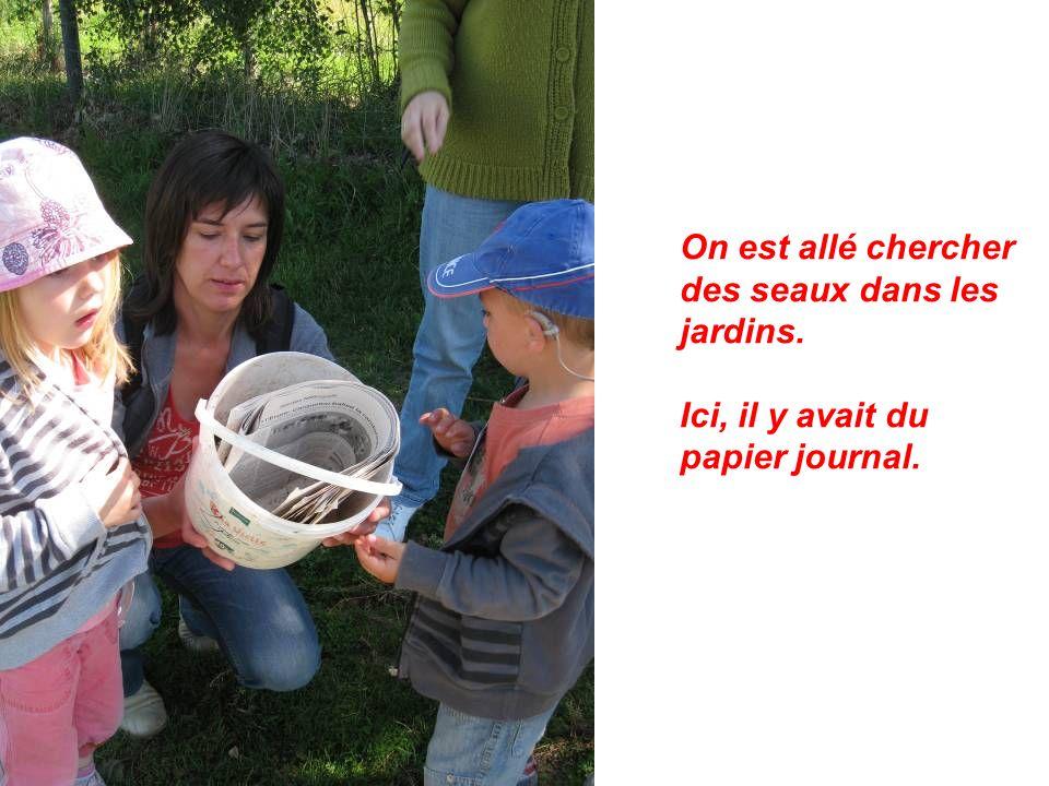 On est allé chercher des seaux dans les jardins. Ici, il y avait du papier journal.