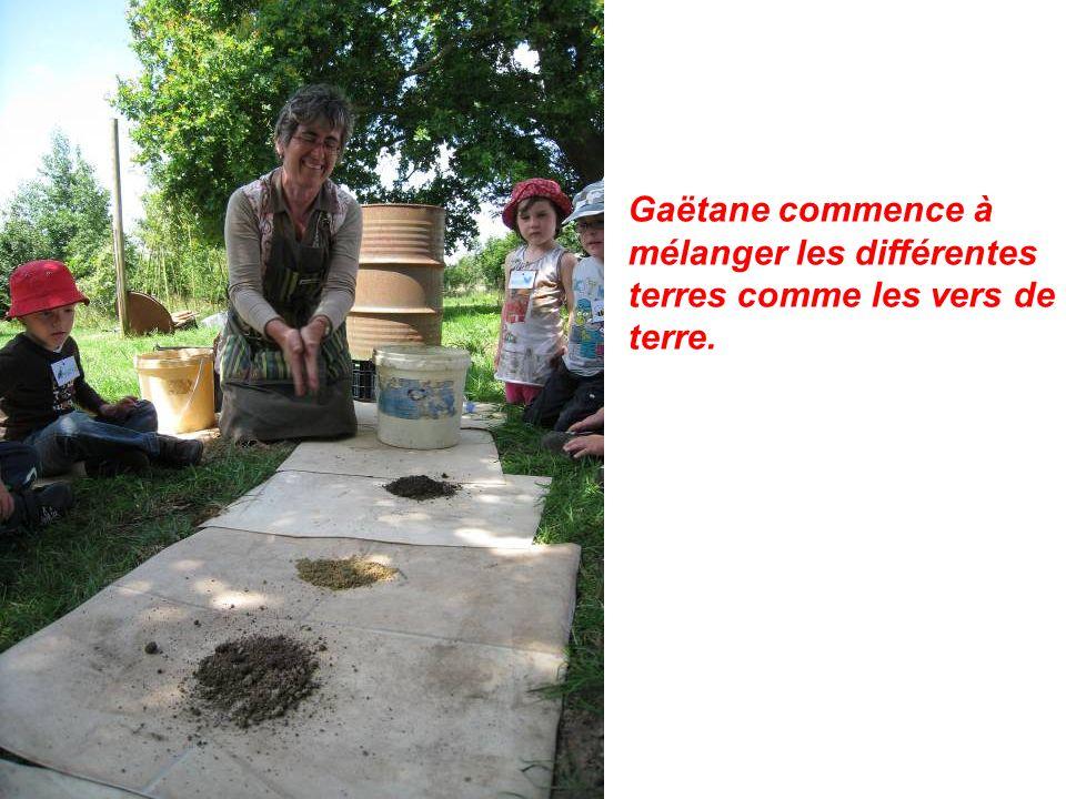 Gaëtane commence à mélanger les différentes terres comme les vers de terre.