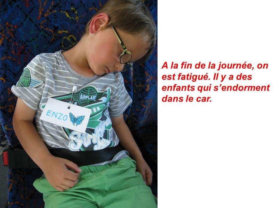 A la fin de la journée, on est fatigué. Il y a des enfants qui sendorment dans le car.