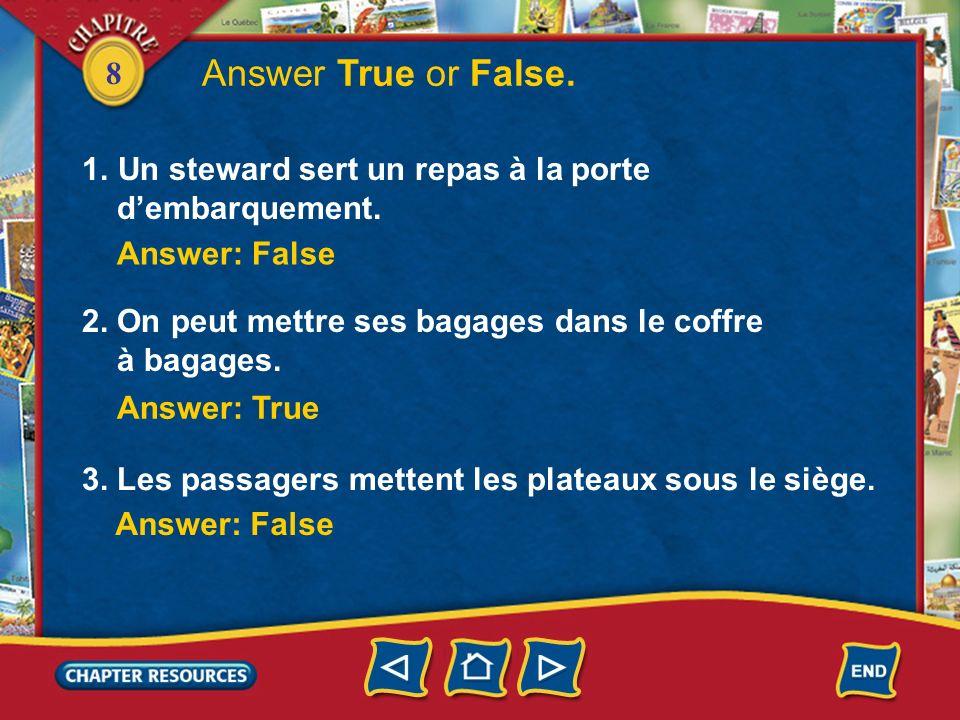 8 Un passager sort ses bagages du coffre à bagages. Une passagère dort. Une autre remplit sa carte de débarquement.