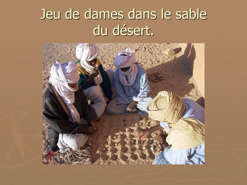 Jeu de dames dans le sable du désert.