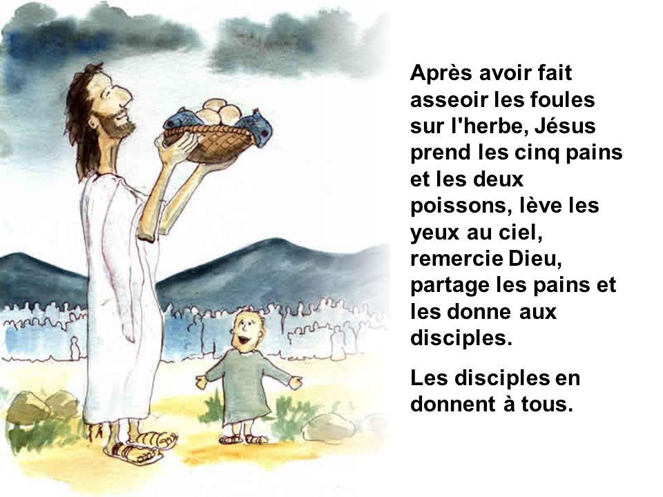 Après avoir fait asseoir les foules sur l'herbe, Jésus prend les cinq pains et les deux poissons, lève les yeux au ciel, remercie Dieu, partage les pa