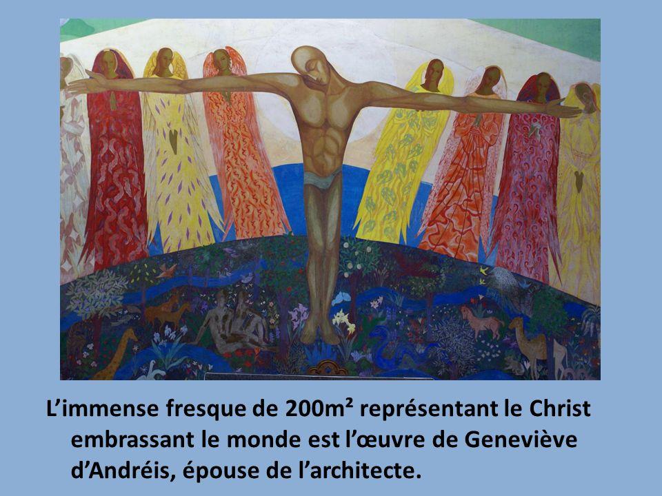 Limmense fresque de 200m² représentant le Christ embrassant le monde est lœuvre de Geneviève dAndréis, épouse de larchitecte.