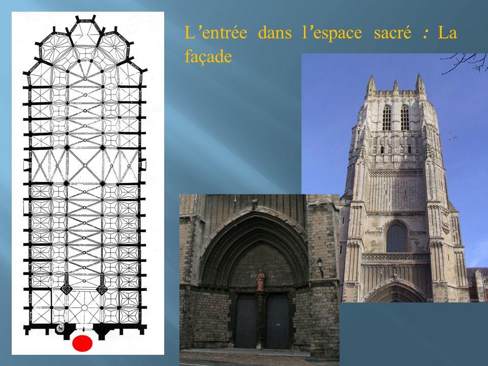 L entrée dans l espace sacré : La façade