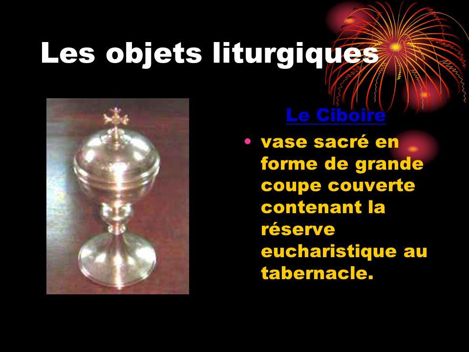 Les objets liturgiques Le Ciboire vase sacré en forme de grande coupe couverte contenant la réserve eucharistique au tabernacle.