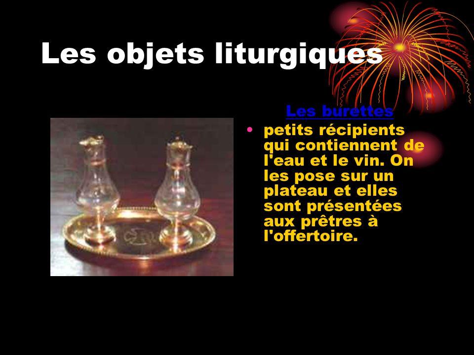 Les objets liturgiques Les burettes petits récipients qui contiennent de l'eau et le vin. On les pose sur un plateau et elles sont présentées aux prêt
