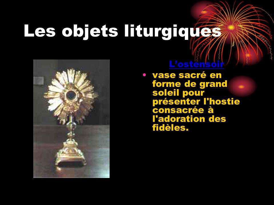 Les objets liturgiques Lostensoir vase sacré en forme de grand soleil pour présenter l'hostie consacrée à l'adoration des fidèles.