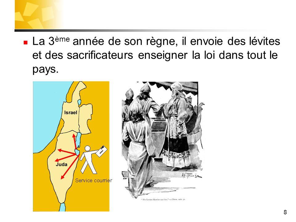 8 La 3 ème année de son règne, il envoie des lévites et des sacrificateurs enseigner la loi dans tout le pays.