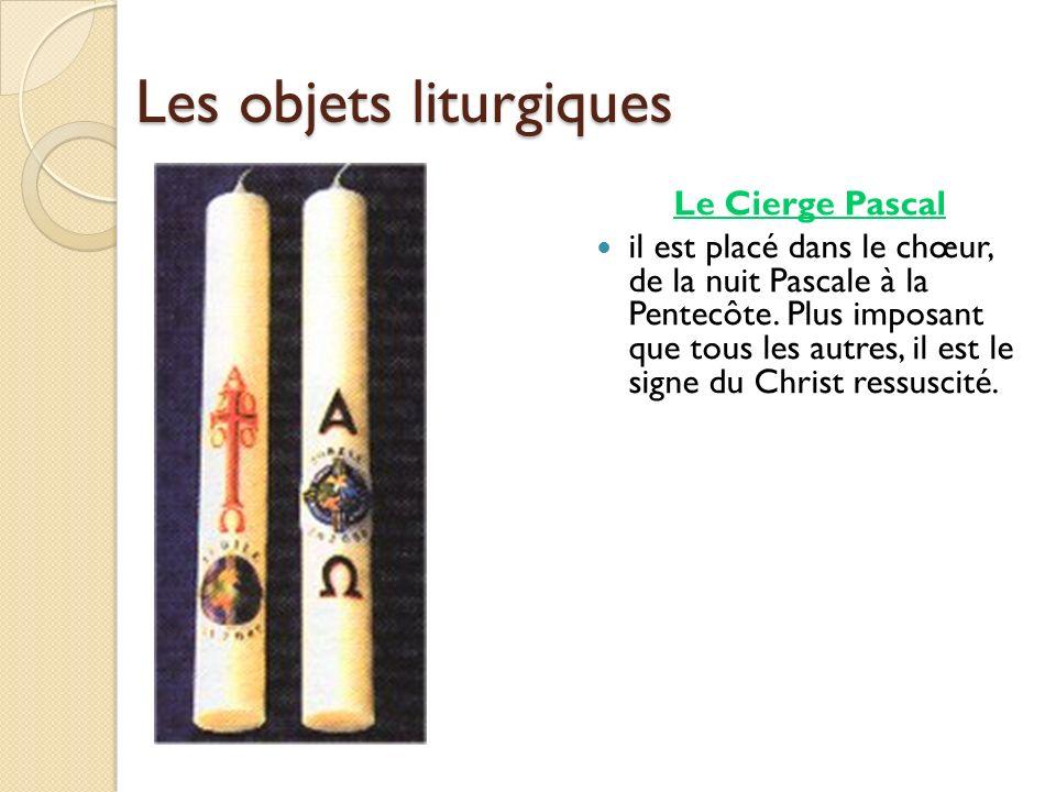 Les objets liturgiques Le Cierge Pascal il est placé dans le chœur, de la nuit Pascale à la Pentecôte. Plus imposant que tous les autres, il est le si