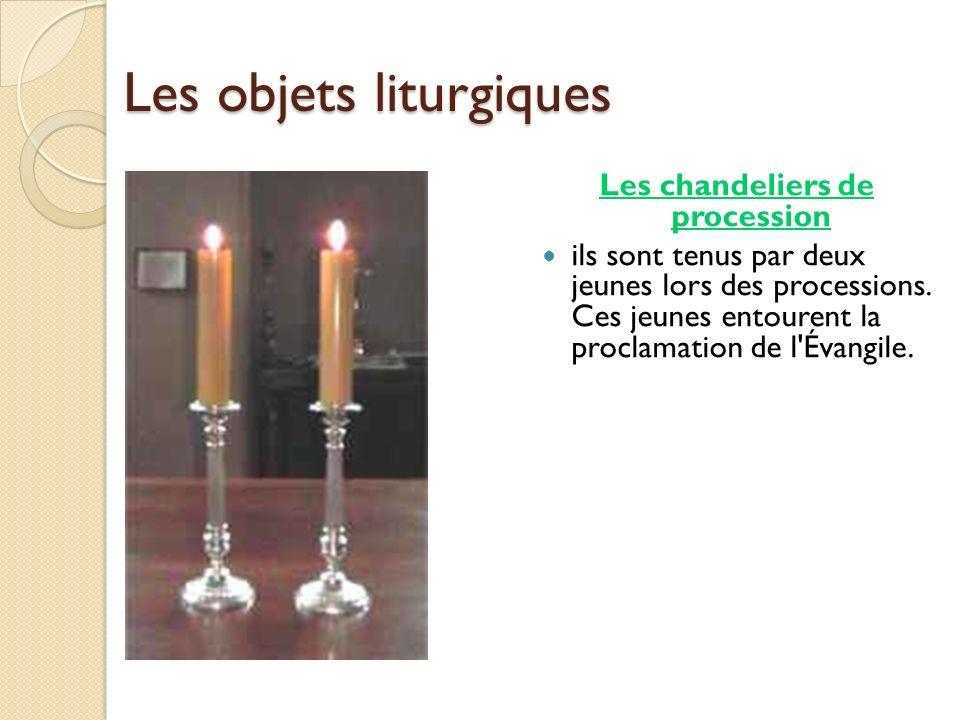 Les objets liturgiques Les chandeliers de procession ils sont tenus par deux jeunes lors des processions. Ces jeunes entourent la proclamation de l'Év