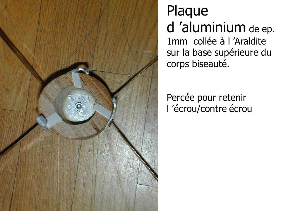 Plaque d aluminium de ep. 1mm collée à l Araldite sur la base supérieure du corps biseauté. Percée pour retenir l écrou/contre écrou
