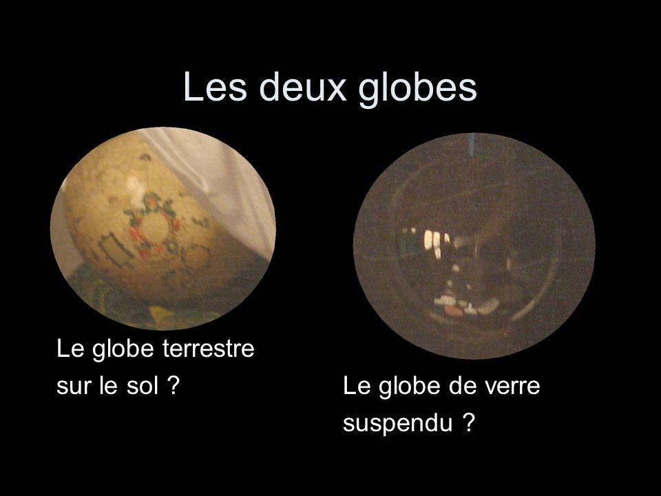 Les deux globes Le globe terrestre sur le sol ?Le globe de verre suspendu ?