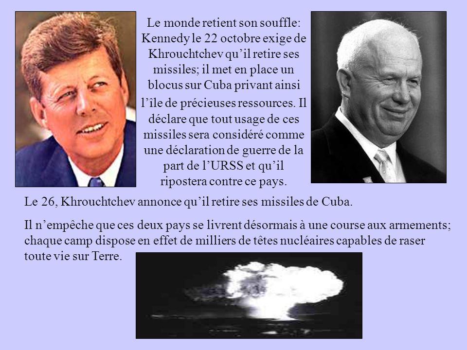 Le monde retient son souffle: Kennedy le 22 octobre exige de Khrouchtchev quil retire ses missiles; il met en place un blocus sur Cuba privant ainsi l