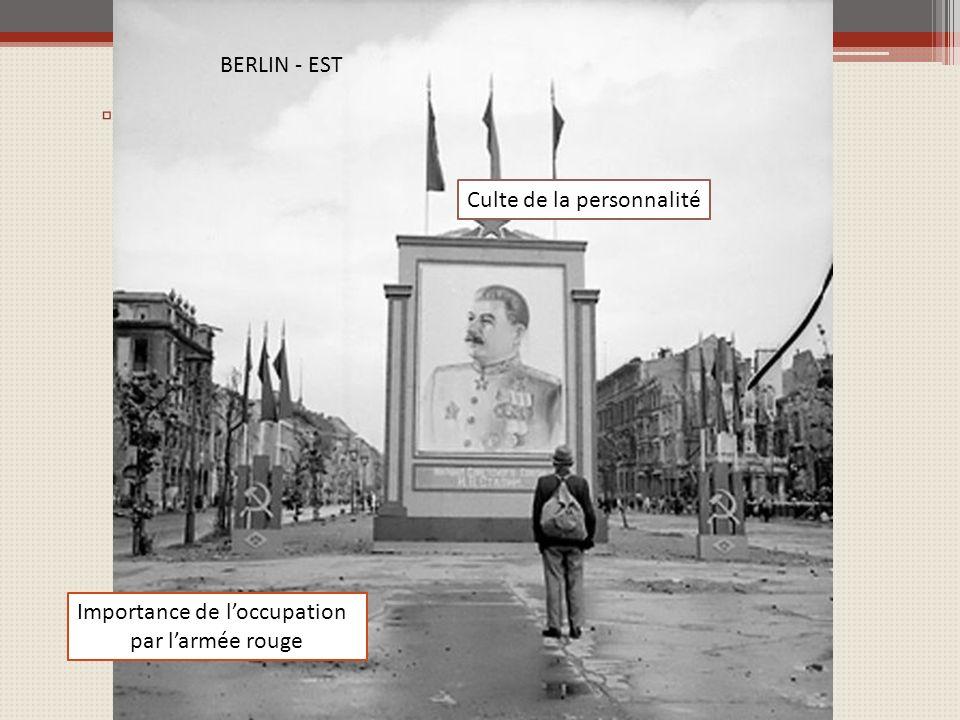 Mais lURSS = puissance totalitaire Culte de la personnalité Importance de loccupation par larmée rouge BERLIN - EST
