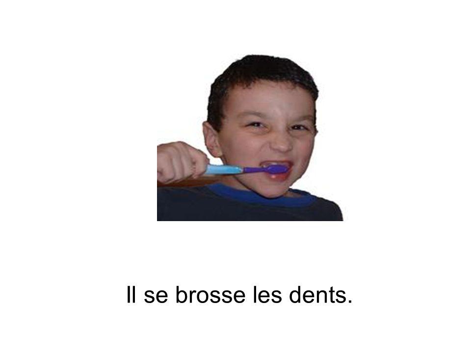 Il se brosse les dents.