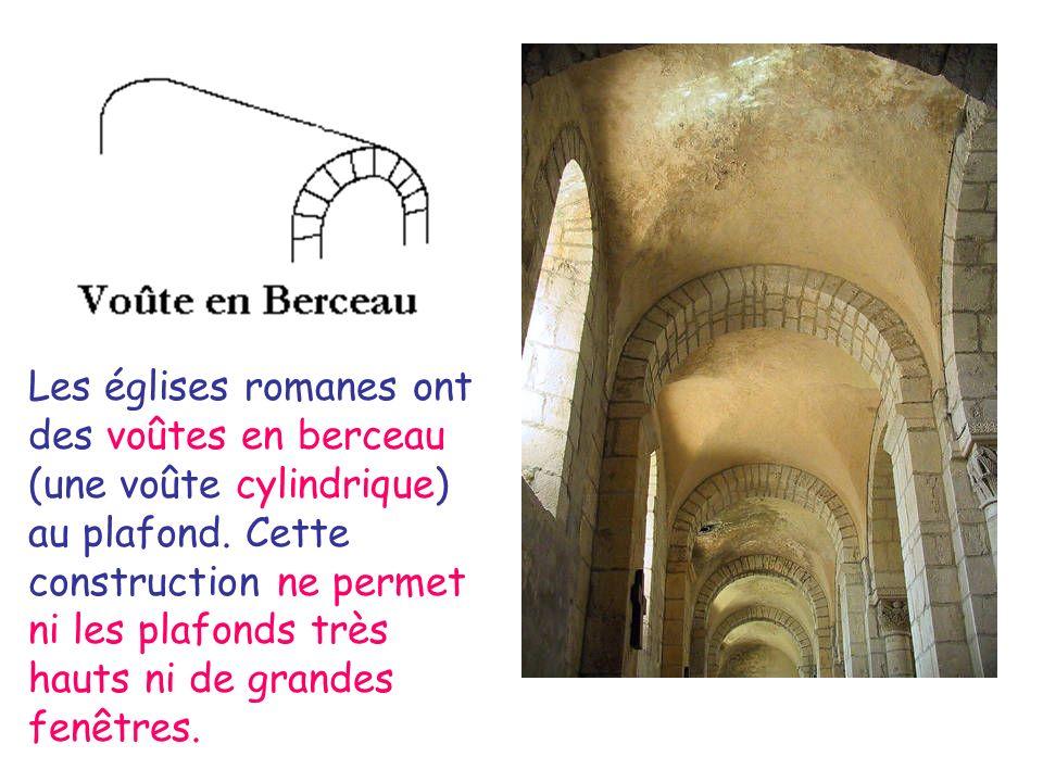 Les églises romanes ont des voûtes en berceau (une voûte cylindrique) au plafond. Cette construction ne permet ni les plafonds très hauts ni de grande