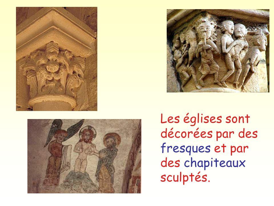 Les églises sont décorées par des fresques et par des chapiteaux sculptés.